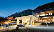 CESTA GRAND Hoteleingang abends Mont